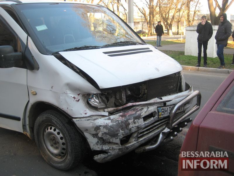 "Измаил: возле тюрьмы столкнулись ""Mercedes Vito"" и ""ВАЗ-2108"" (ФОТО)"
