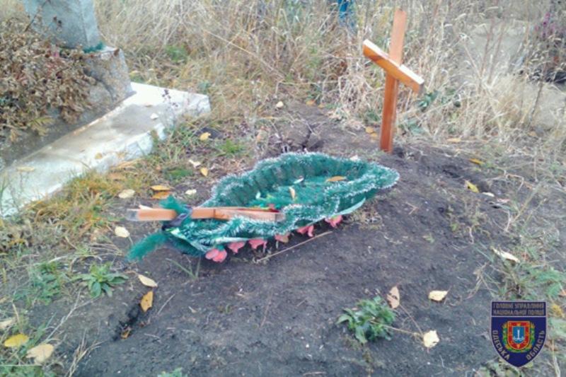 PM683image001 В Маяках подростки во время празднования Хэллоуина разрушили 38 могил (ФОТО)