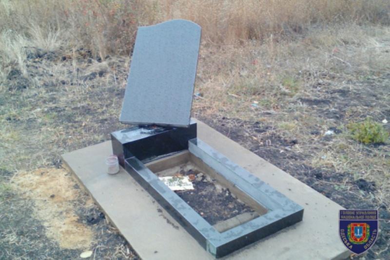В Маяках подростки во время празднования Хэллоуина разрушили 38 могил (ФОТО)