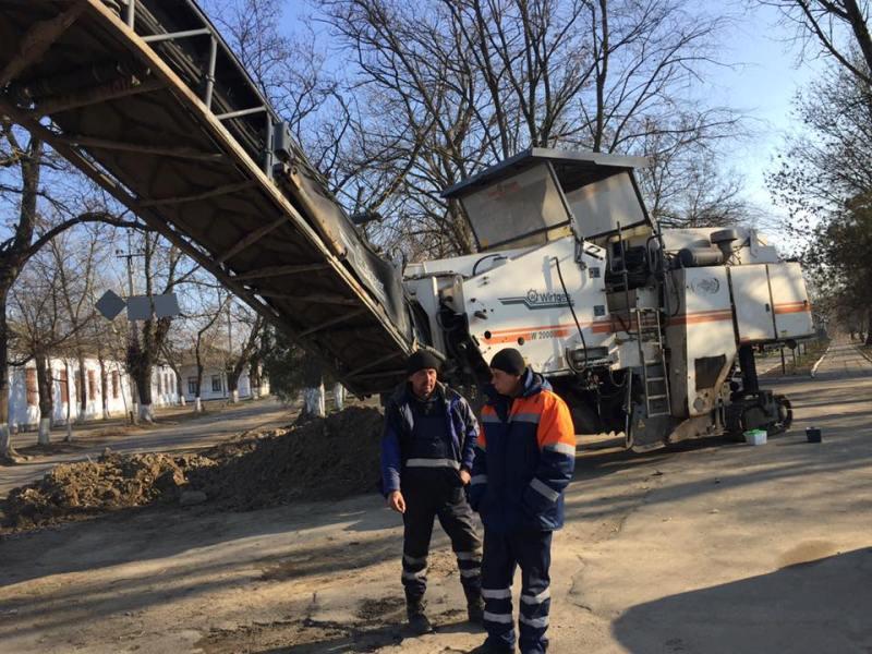 Килия: дорожники приступили к фрезерованию асфальтного покрытия по улице Мира (ФОТО)