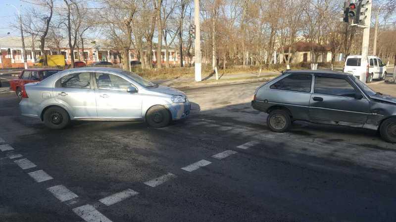 2346346 Еще одно ДТП в Измаиле: на проспекте Суворова столкнулись три автомобиля (фото)