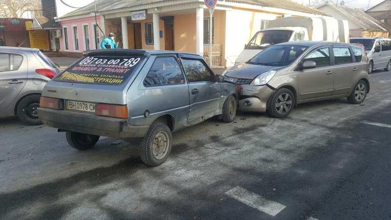 345345 Еще одно ДТП в Измаиле: на проспекте Суворова столкнулись три автомобиля (фото)