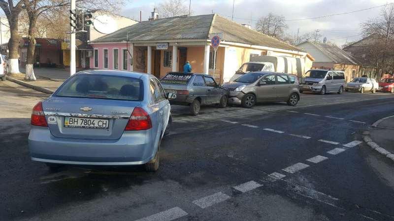 Еще одно ДТП в Измаиле: на проспекте Суворова столкнулись три автомобиля (фото)