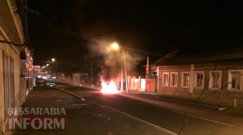 В Измаиле возле автостанции сгорел автомобиль (фото, видео)