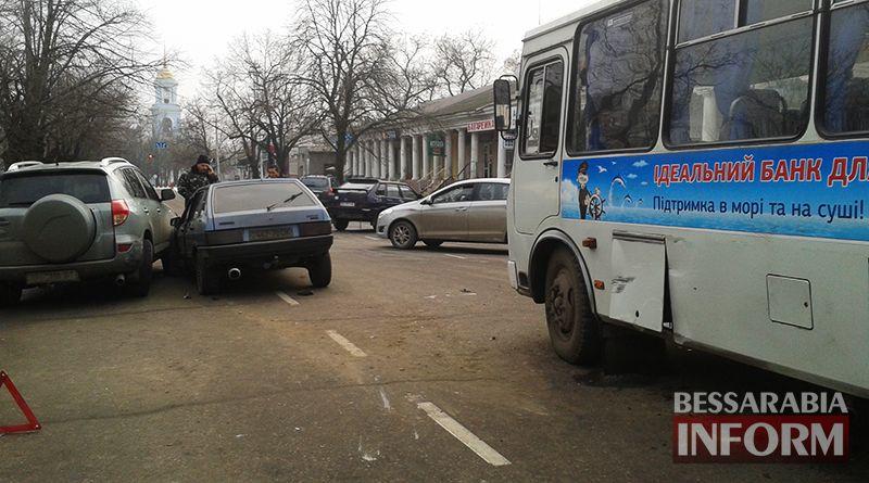 """Бильярд"" на дороге: в Измаиле столкнулись ВАЗ-2109, Toyota RAV4 и маршрутка (ФОТО)"