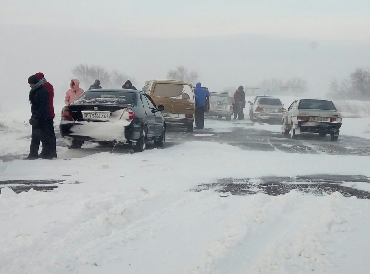 Снежная блокада: на трассе Одесса-Рени люди молят о помощи (фото)