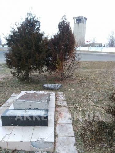 16144840_953538391445154_533271342_n В Белгород-Днестровском разрушили памятник расстрелянным евреям