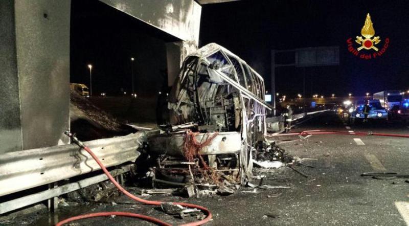 В Италии врезался в столб и сгорел автобус с детьми, 16 погибших