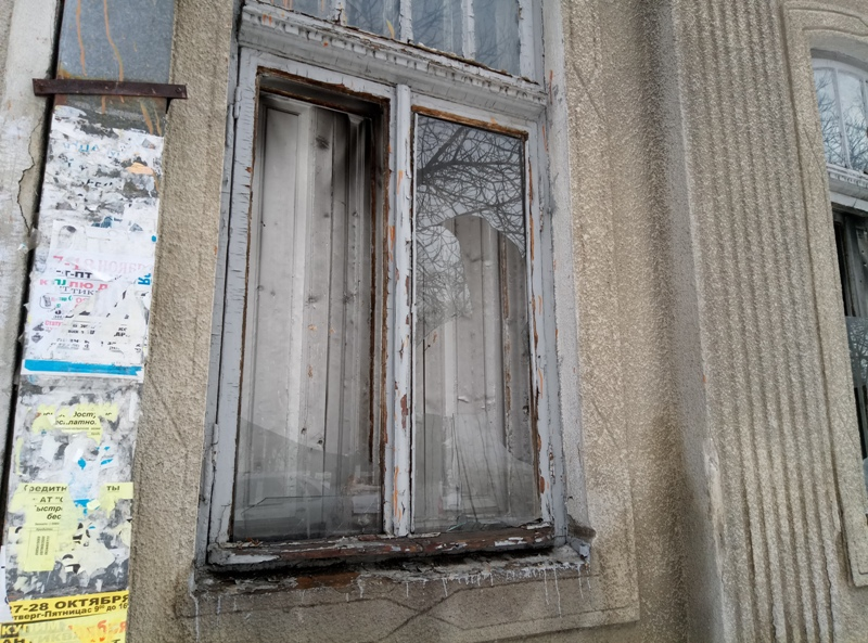 """P70114-114951 Злоумышленники побили окна в здании редакции газеты """"Собеседник Измаила"""""""