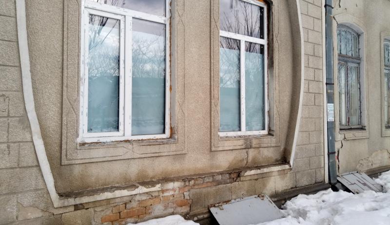 """P70114-115023 Злоумышленники побили окна в здании редакции газеты """"Собеседник Измаила"""""""