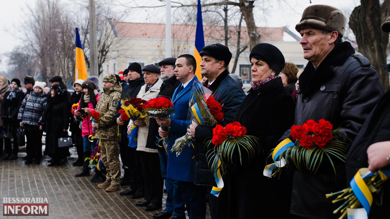 SME_3649 Ко Дню Соборности измаильчане возложили цветы к памятнику Шевченко (фото)