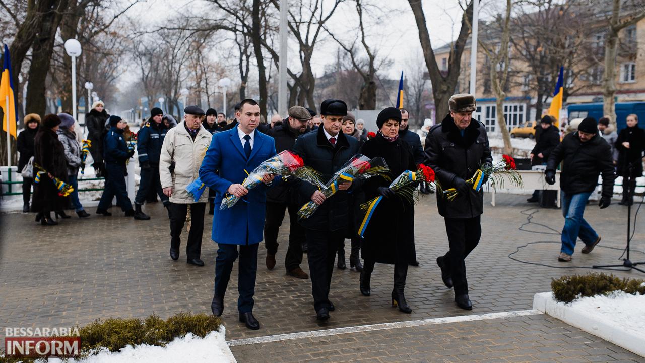 SME_3666 Ко Дню Соборности измаильчане возложили цветы к памятнику Шевченко (фото)