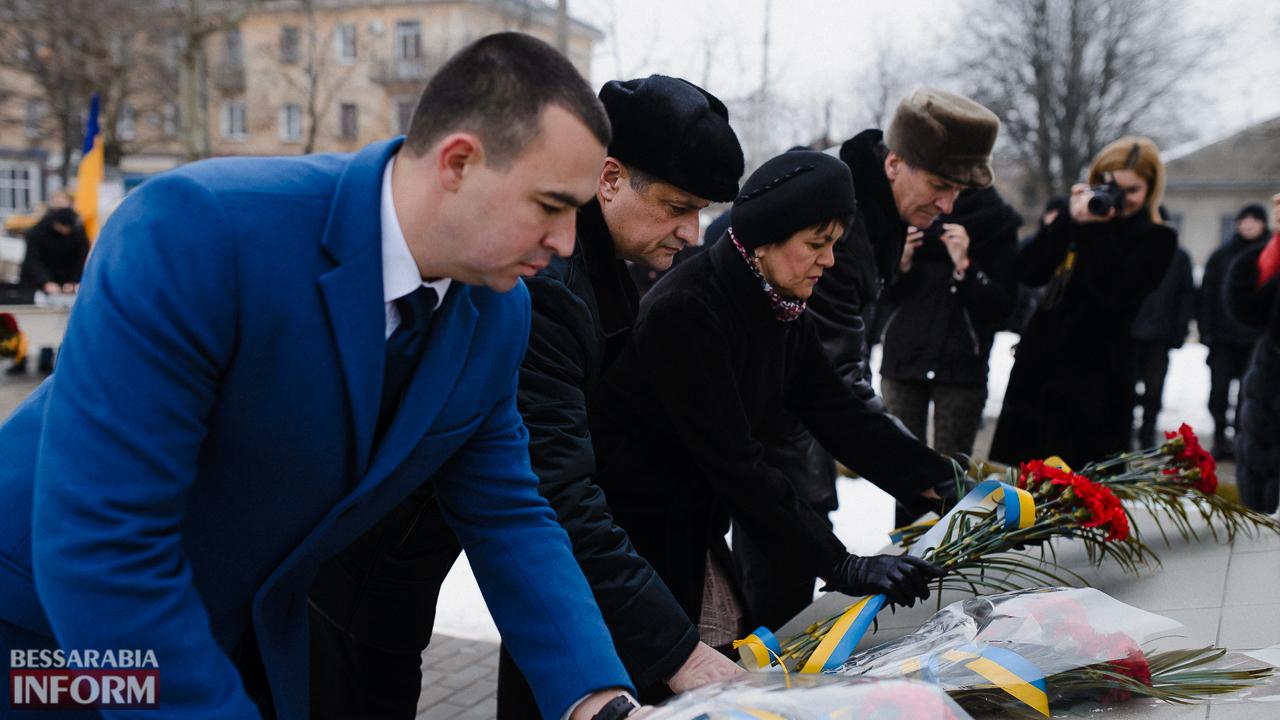 SME_3679 Ко Дню Соборности измаильчане возложили цветы к памятнику Шевченко (фото)