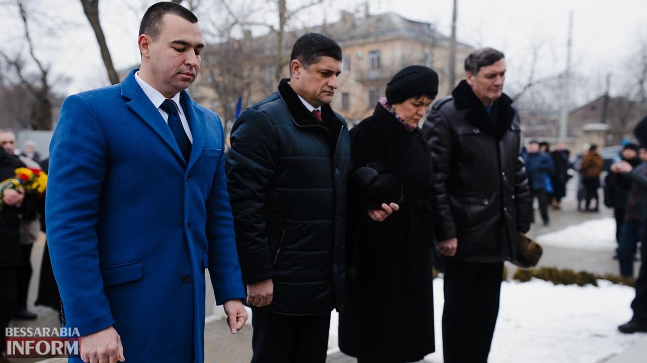 SME_3682 Ко Дню Соборности измаильчане возложили цветы к памятнику Шевченко (фото)