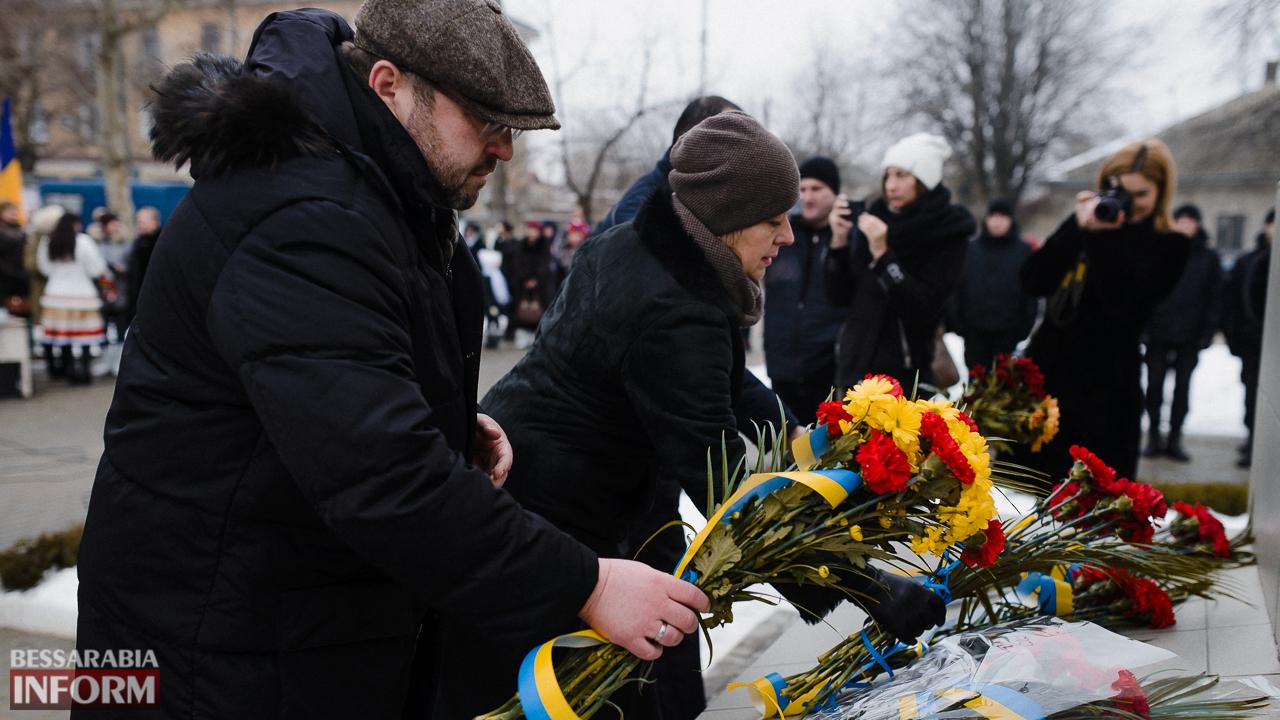 SME_3685 Ко Дню Соборности измаильчане возложили цветы к памятнику Шевченко (фото)