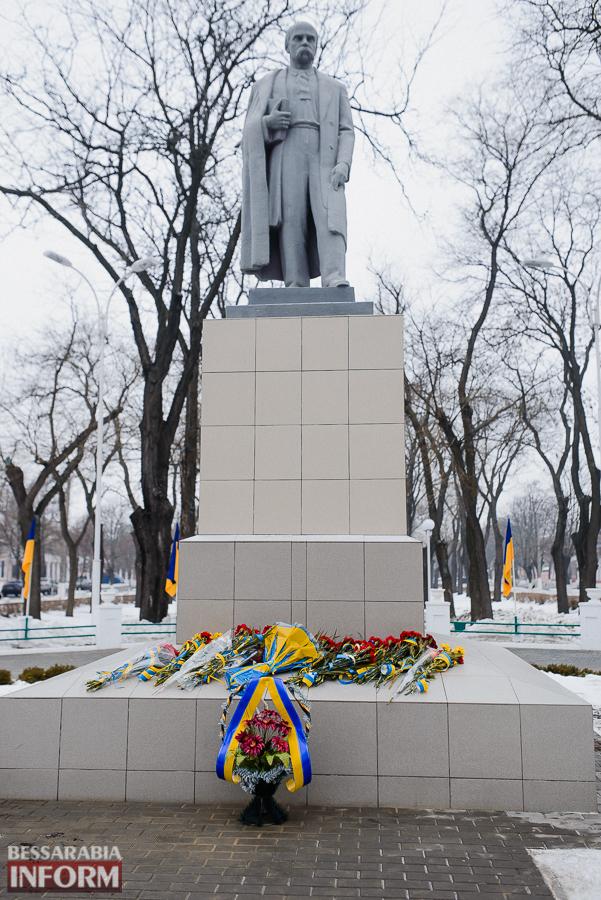 SME_3700 Ко Дню Соборности измаильчане возложили цветы к памятнику Шевченко (фото)