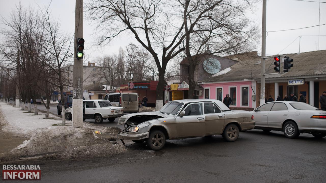 "ДТП в Измаиле: на проспекте Суворова лихач на ""копейке"" протаранил ""Волгу"" (фото)"