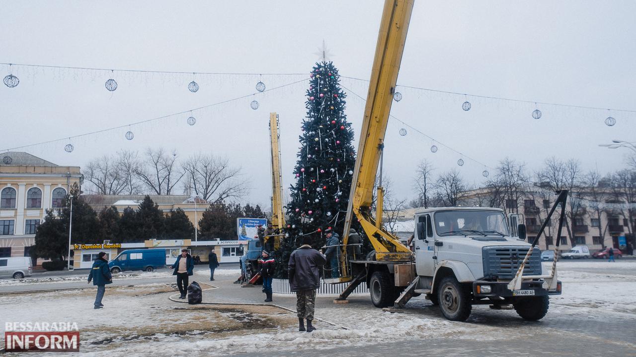 SME_3724 Измаил: на площади Победы разбирают новогоднюю ёлку (ФОТО)