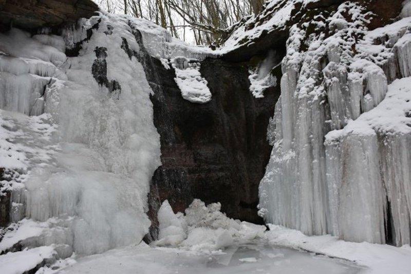 1021332257 В Тернопольской области замерз крупнейший равнинный водопад Украины (ФОТО)