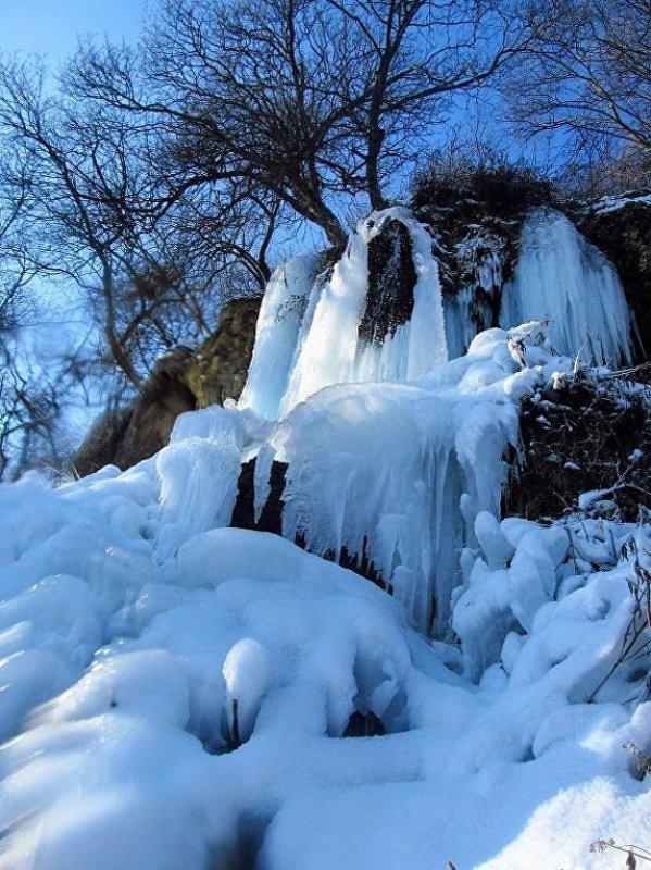 1021332464 В Тернопольской области замерз крупнейший равнинный водопад Украины (ФОТО)