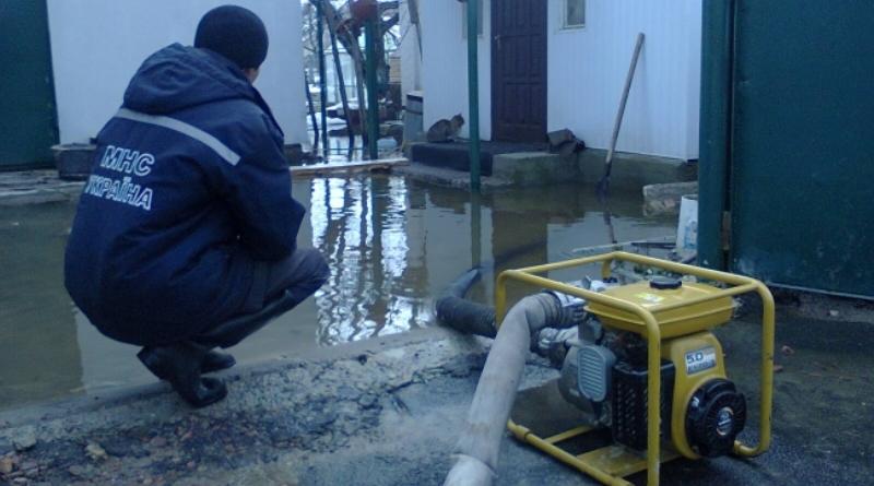 ГСЧС-спасатели откачивают воду