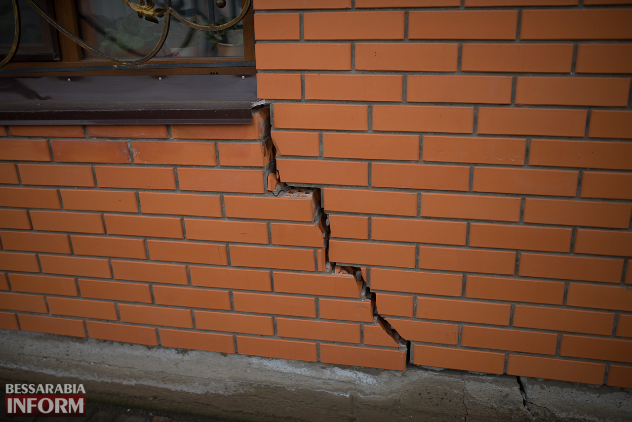 SME_6582 В Измаиле из-за аварии на водопроводе в частном секторе несколько домов пошли огромными трещинами (ФОТО)