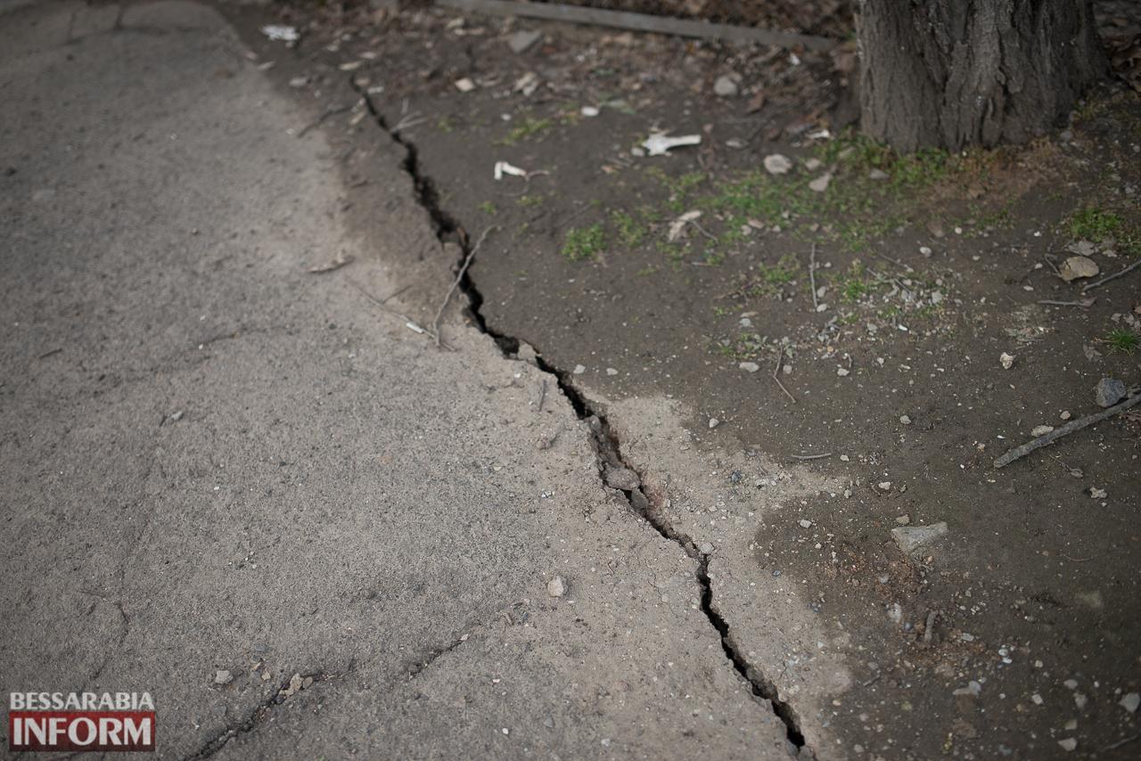 SME_6619 В Измаиле из-за аварии на водопроводе в частном секторе несколько домов пошли огромными трещинами (ФОТО)