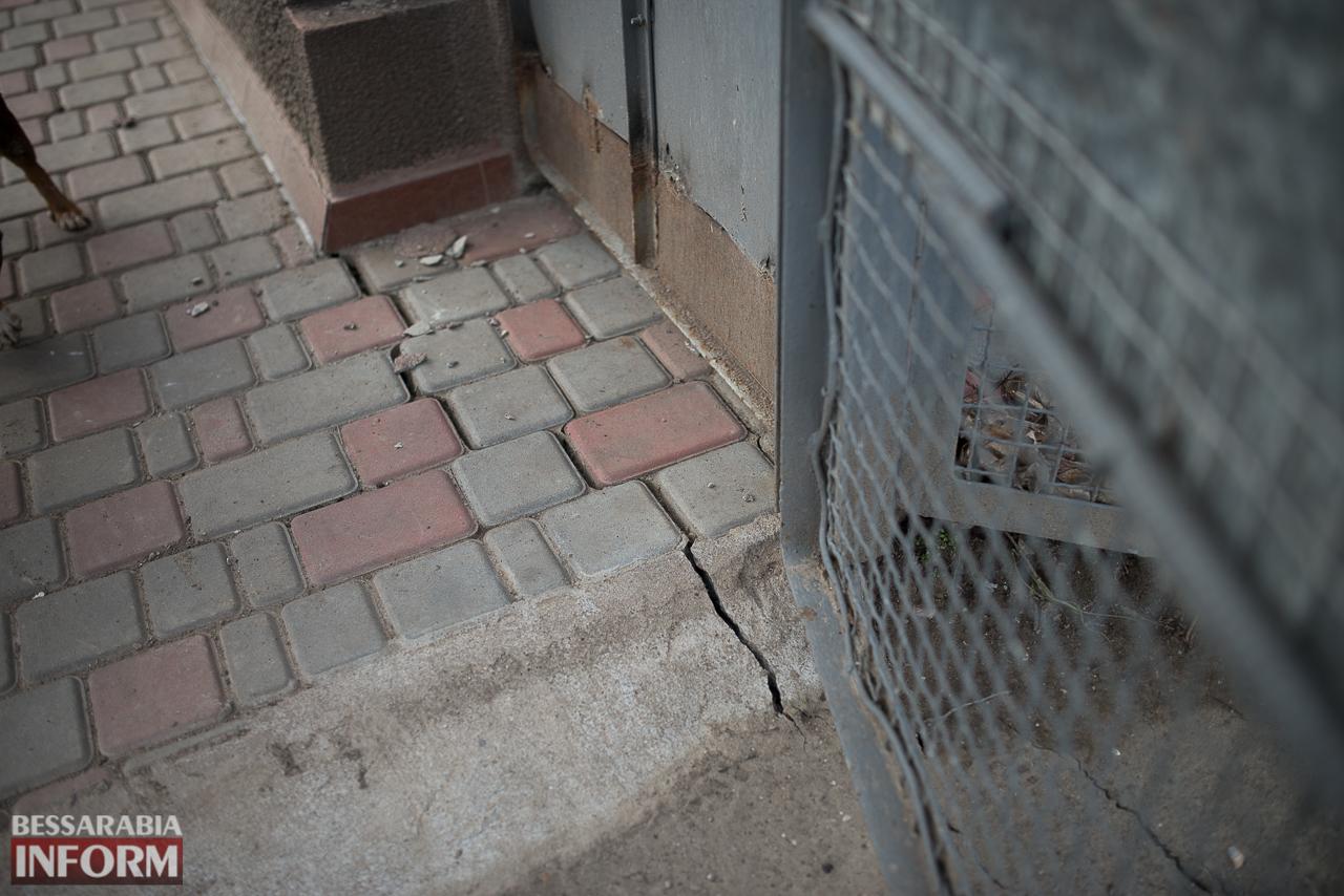 В Измаиле из-за аварии на водопроводе в частном секторе несколько домов пошли огромными трещинами (ФОТО)