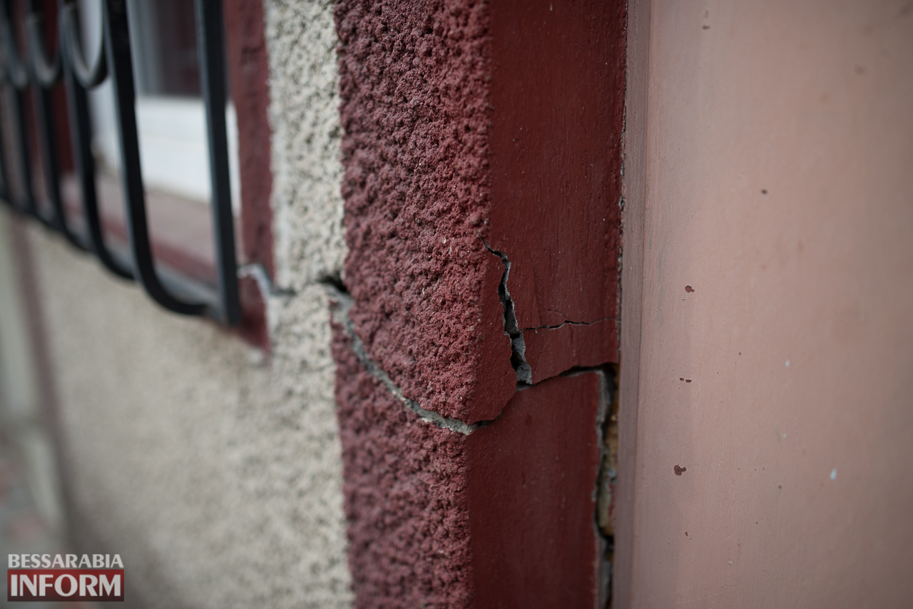SME_6631 В Измаиле из-за аварии на водопроводе в частном секторе несколько домов пошли огромными трещинами (ФОТО)