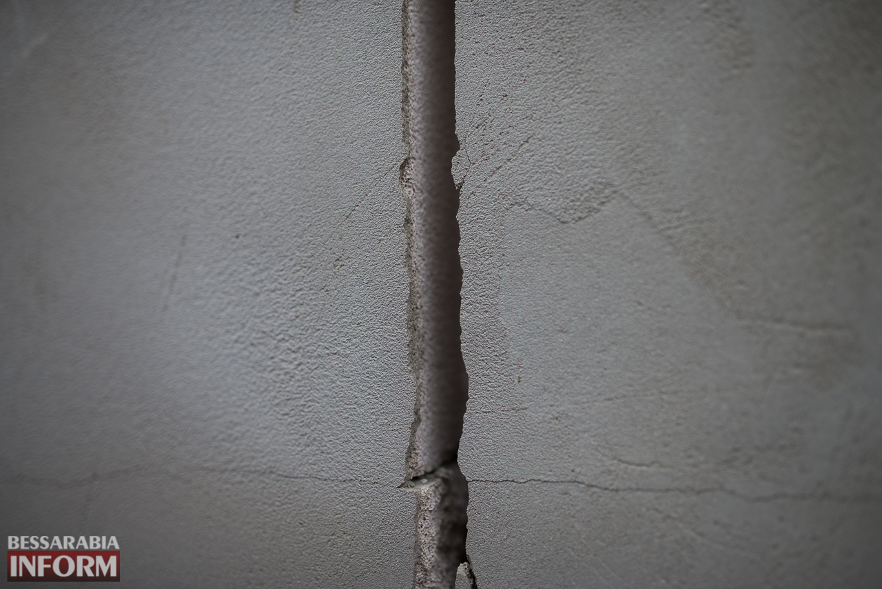 SME_6685 В Измаиле из-за аварии на водопроводе в частном секторе несколько домов пошли огромными трещинами (ФОТО)