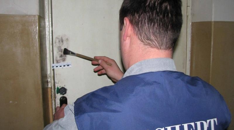 эксперт снимает отпечатки пальцев
