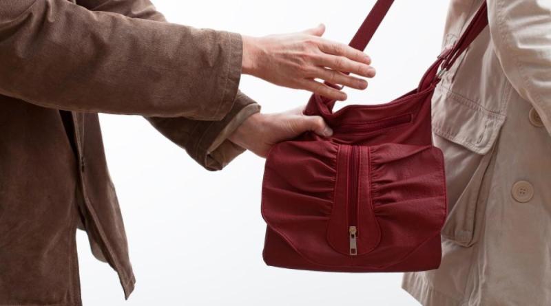 вырывает сумку из рук