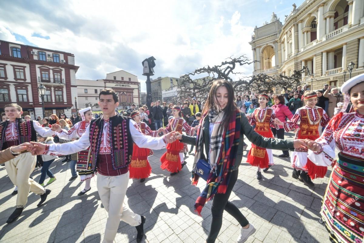 """16f77d4a87e30aa98fdd301f65130ff2 Болгары, прощаясь с Бабой Мартой, """"зажгли"""" возле Оперного театра в Одессе"""