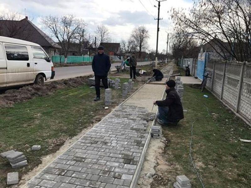 17342966_1250240348365301_5715107042185751470_n Килийский р-н: в Шевченково после смертельного ДТП решили обустроить для пешеходов новый тротуар