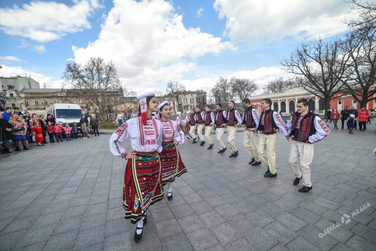 """6d5b045f8c351d659bf492f104a96c6b Болгары, прощаясь с Бабой Мартой, """"зажгли"""" возле Оперного театра в Одессе"""