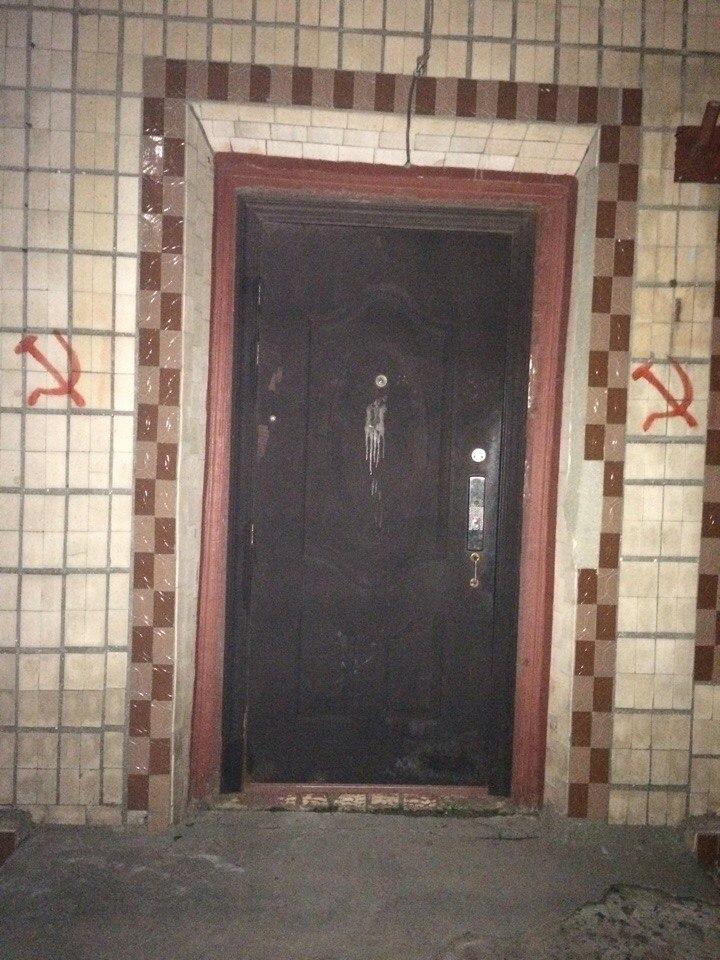 FMnqqD97kT0 В Вилково здания разрисовали коммунистической символикой и обклеили провокационными листовками (фото)