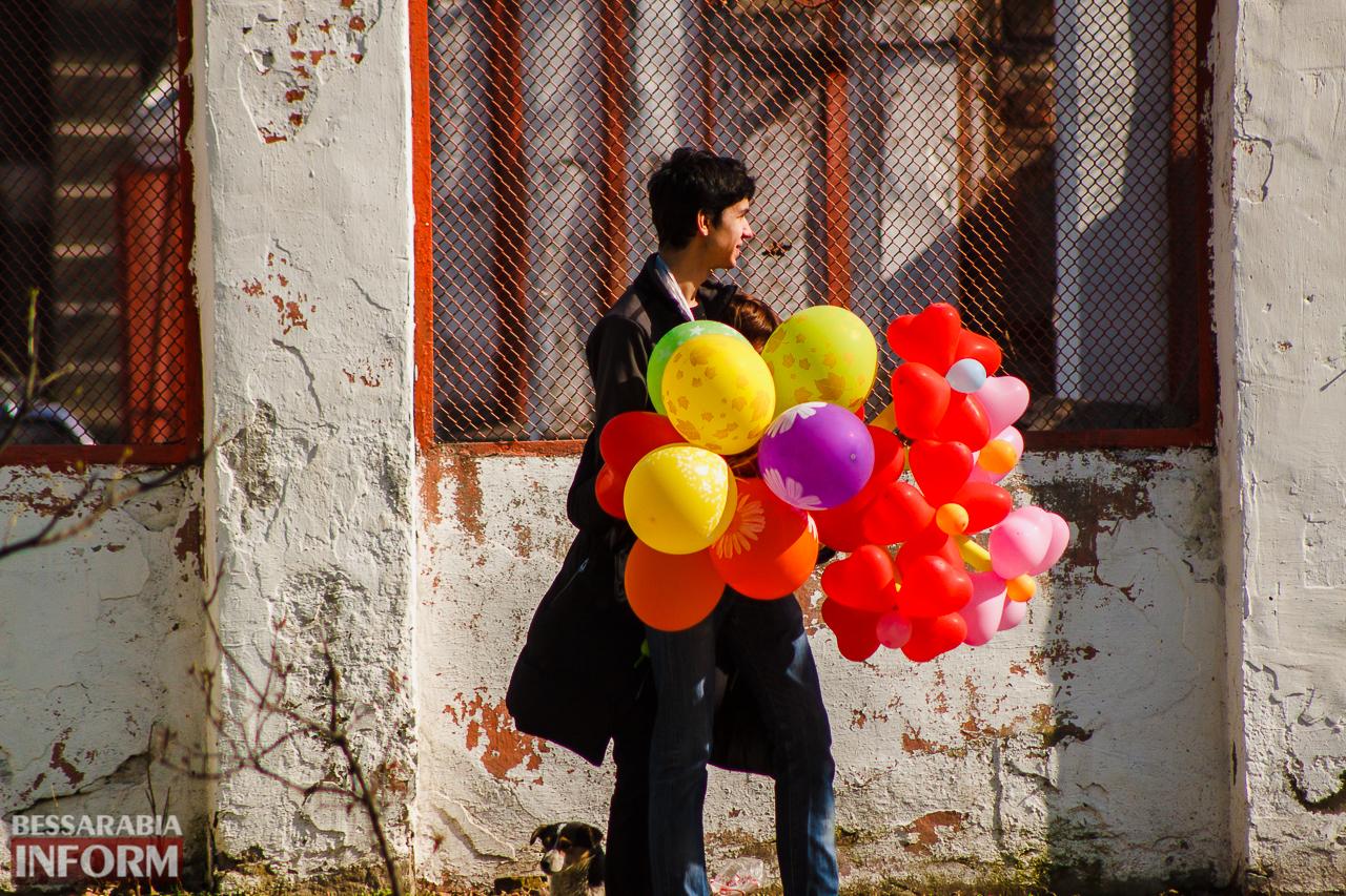 8 Марта в Измаиле: охапки цветов, счастливые женщины и внимательные мужчины