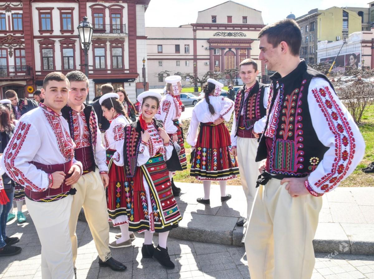 """b6f4defe5bcd3fb641344dc6201161e1 Болгары, прощаясь с Бабой Мартой, """"зажгли"""" возле Оперного театра в Одессе"""