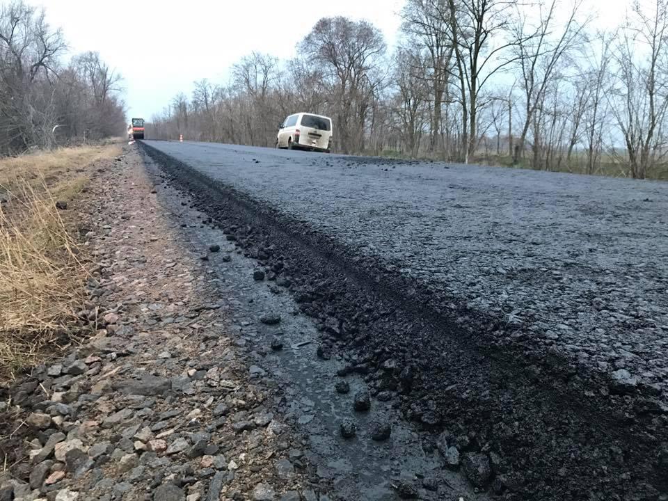 На море с комфортом: на дороге Спасское-Вилково начали укладывать первый слой асфальта (фото, видео)