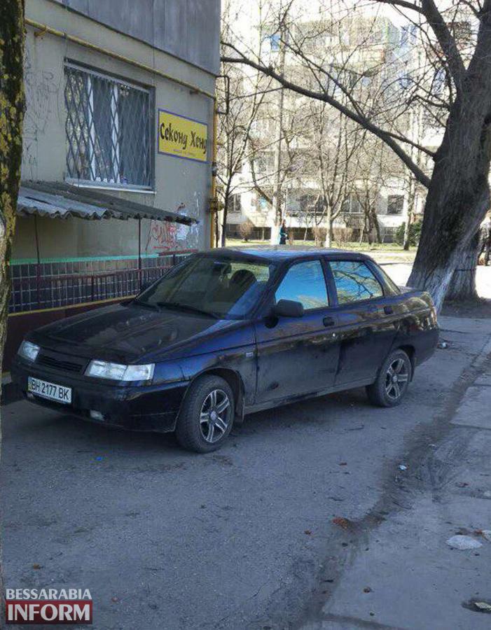 «Я паркуюсь как …»: в Измаиле владелица секонд-хенда отобрала у пешеходов тротуар (ФОТО)