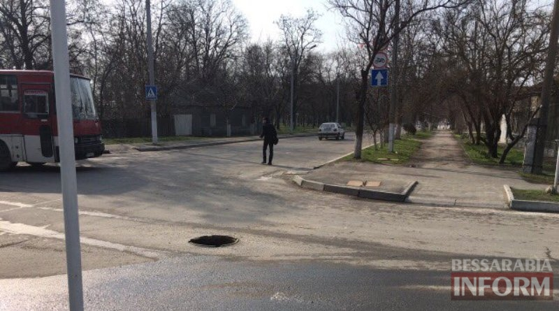 otkrytyj-lyuk-na-prospekte-Suvorova-v-Izmaile-2 В Измаиле на проспекте Суворова водителей поджидает опасность (фото)