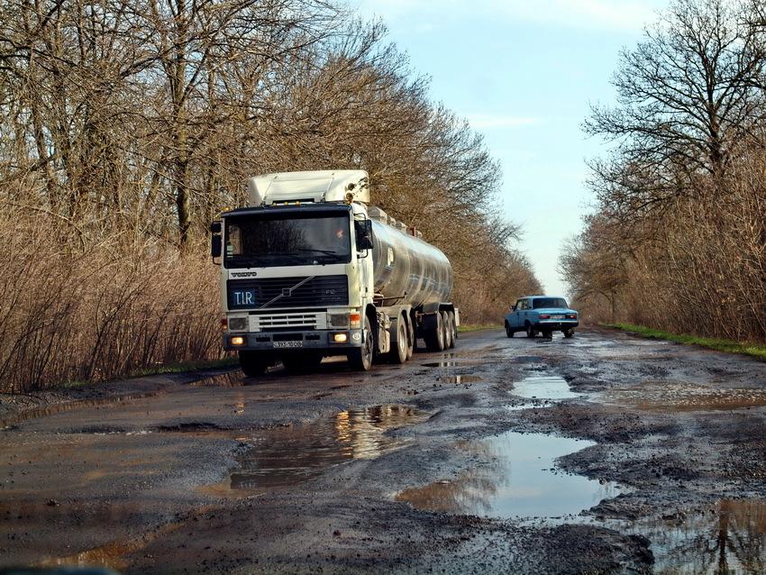 Не трассой Одесса-Рени единой: дороги в Арцизском и Тарутинском районах напоминают танковый полигон