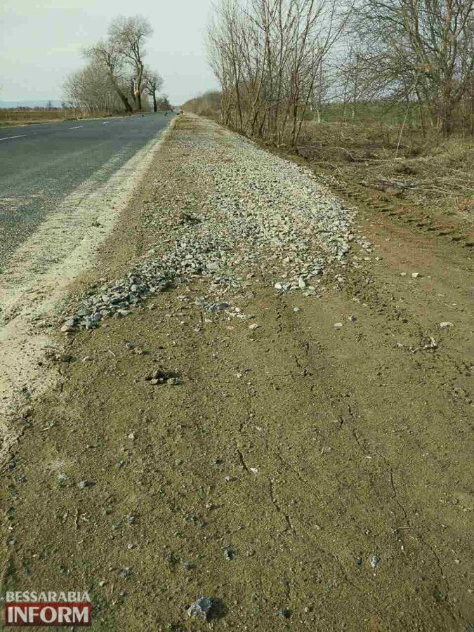 """Новая обочина на отремонтированном участке трассы """"Одесса-Рени"""" - угроза для водителей и пассажиров (фото)"""