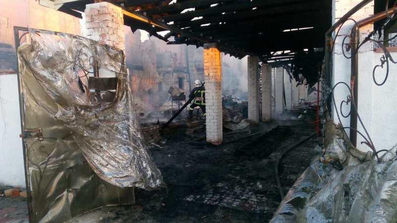1 В Затоке ночью масштабный пожар уничтожил двухэтажный дом