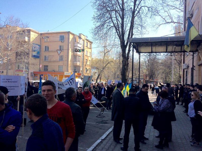 """17799412_1760840134229980_3482904243506626392_n """"Руки прочь от дорог Килийщины"""": активисты митинговали у стен областной налоговой"""