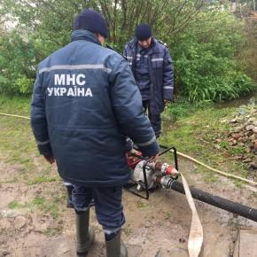 Спасатели откачивают воду в частном дому в Килие