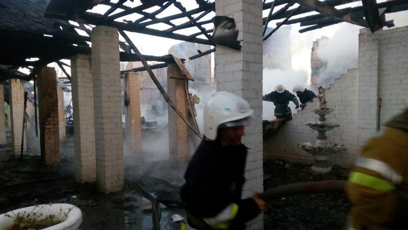 4 В Затоке ночью масштабный пожар уничтожил двухэтажный дом