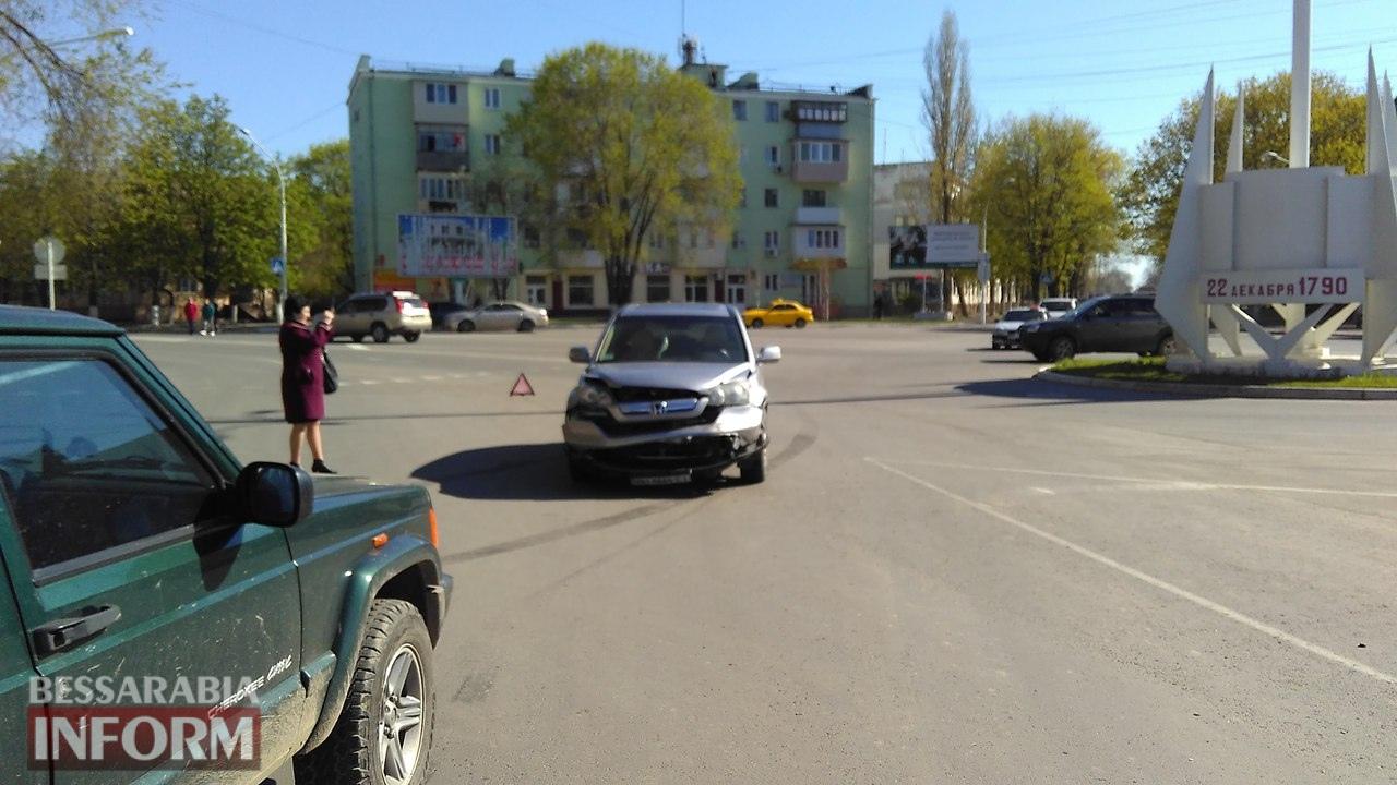 58eb8adf59cba_iHdzZ5sseRQ ДТП на площади Мира в Измаиле: Honda не пропустила Jeep Cherokee