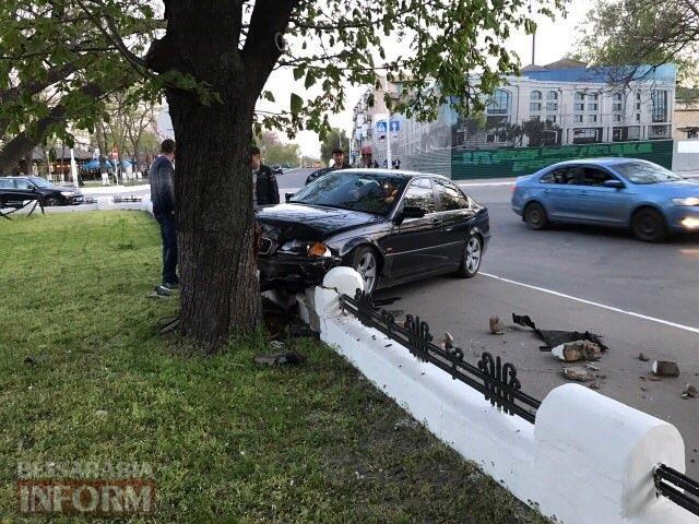 Измаил: водитель BMW протаранил забор и дерево возле Свято-Покровского собора