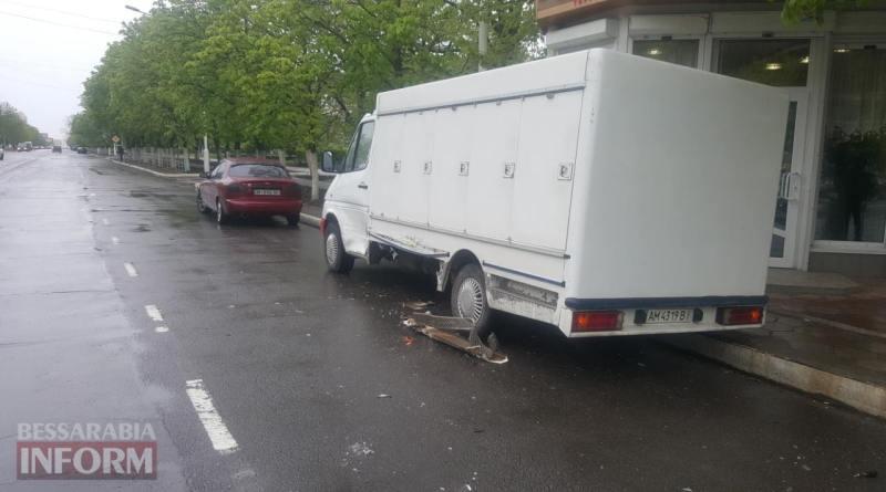 В Измаиле автомобиль охранной фирмы чуть не влетел в хлебный киоск